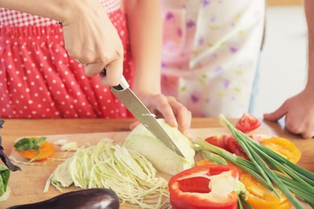 キャベツを切る女性のイメージ画像