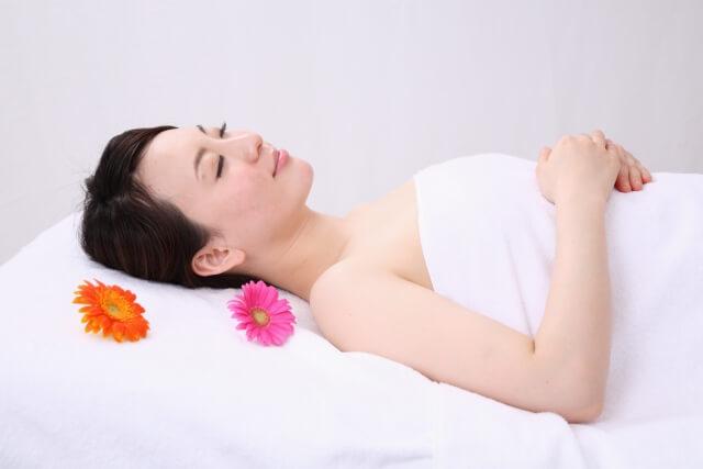 仰向けで寝る女性のイメージ画像