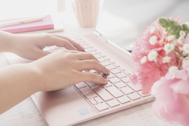 パソコンで個人輸入をする女性のイメージ画像