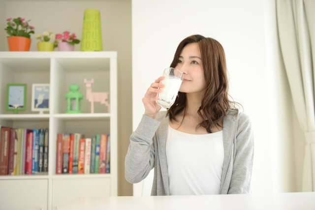 豆乳を飲む女性のイメージ画像