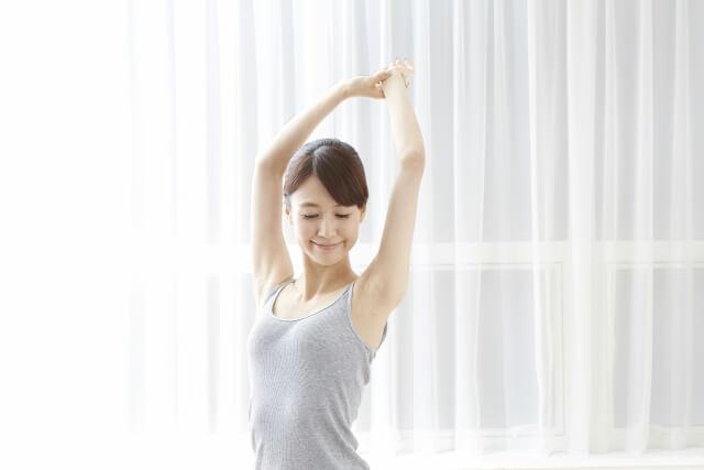 ストレッチする女性のイメージ画像