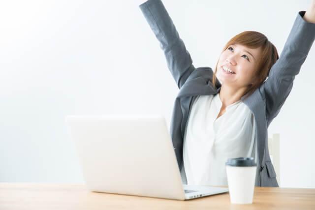 背伸びする女性のイメージ画像