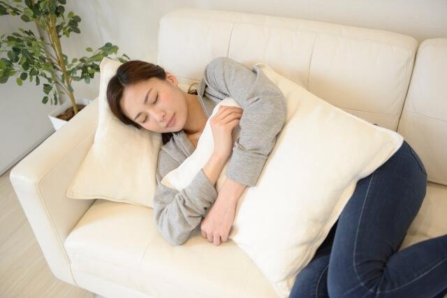 仰向けに寝る女性のイメージ画像