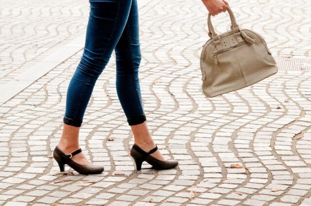女性の足元のイメージ画像