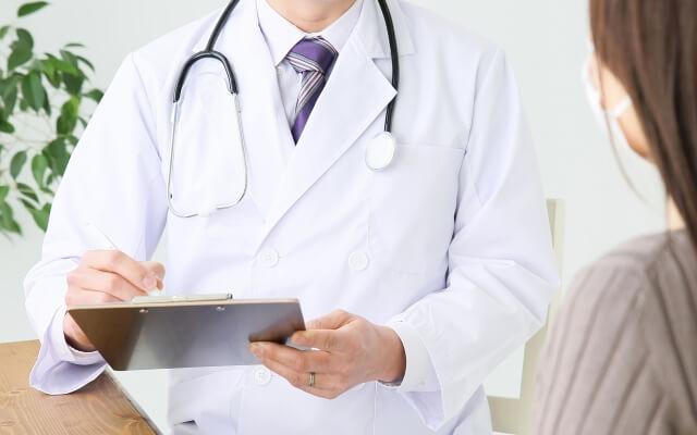 医師に相談する女性のイメージ画像