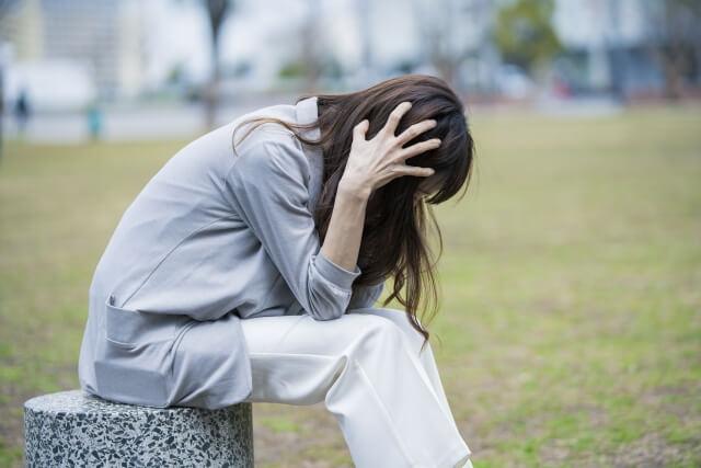 ストレスを抱える女性のイメージ画像