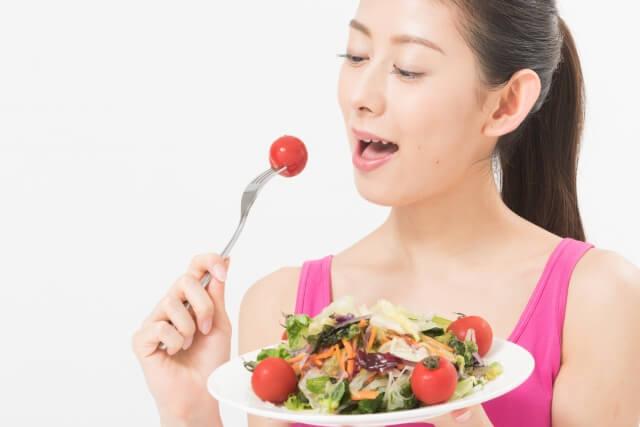 食事する女性のイメージ画像