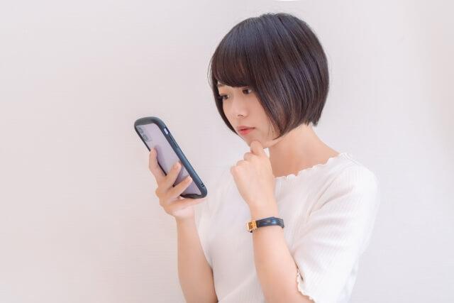 口コミをチェックする女性のイメージ画像
